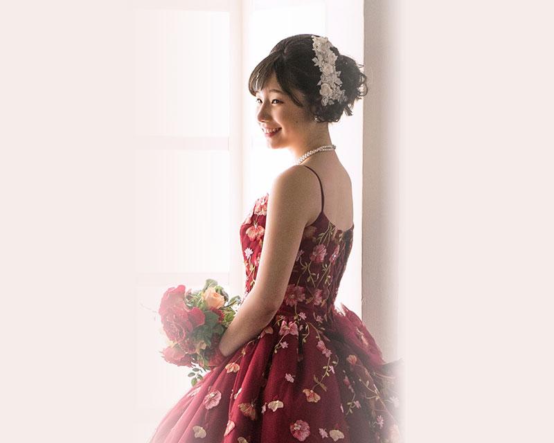 ドレスを着た女性の写真